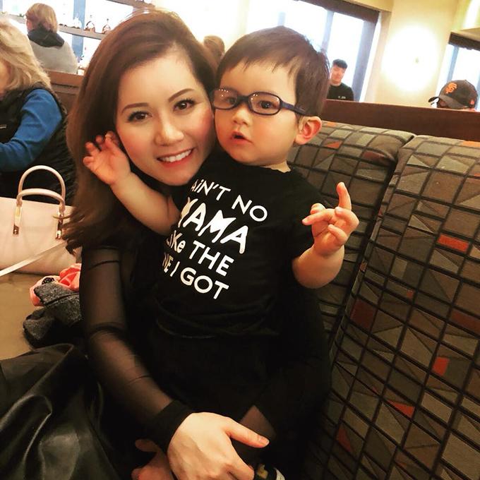 Thiên Từ nhà Đan Trường được mẹ đưa đi ăn sau cả ngày học ngoan ở trường.