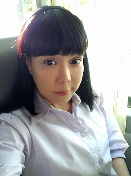 Việt Hương hoá thân thành cô nữ sinh những năm 1980, mặc đồng phục, đi bus đi học.