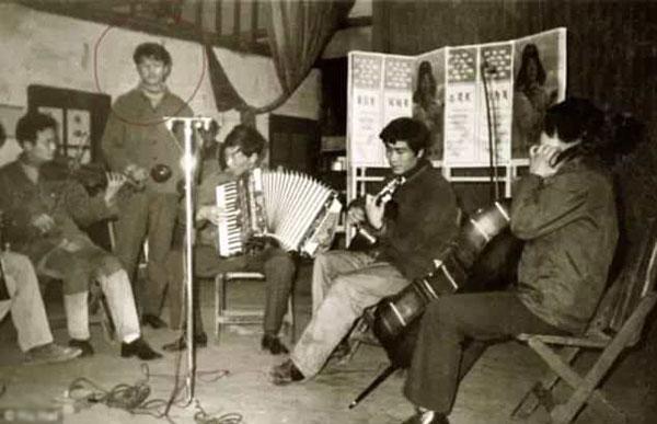 Ông Hu (khoanh tròn) tham gia ban nhạc thời trẻ.