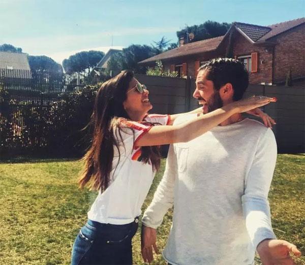 Nữ diễn viên Tây Ban Nha thường xuyên chia sẻ những khoảnh khắc ngọt ngào của hai người.
