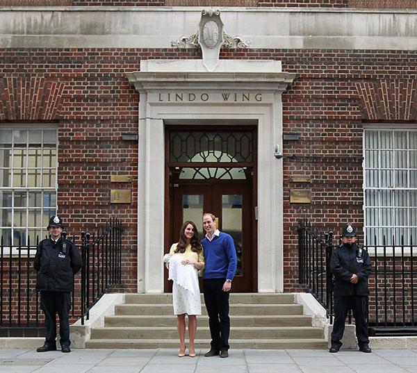Vợ chồng Hoàng tử William bế Công chúaCharlotte mới sinh hồi tháng 5/2015ra chào người hâm mộ đứng đợi phía ngoài Cánh Lindo. Ảnh: Hello Magazine.