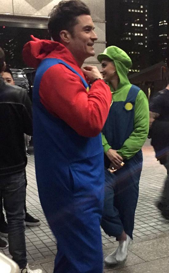 Ngày hôm sau, Orlando và Katy đi chơi đua xe kart cùng nhau. Cặp đôi mặc đồ như anh em Mario Kart trong bộ phim điện ảnh kiêm game Mario Bros.