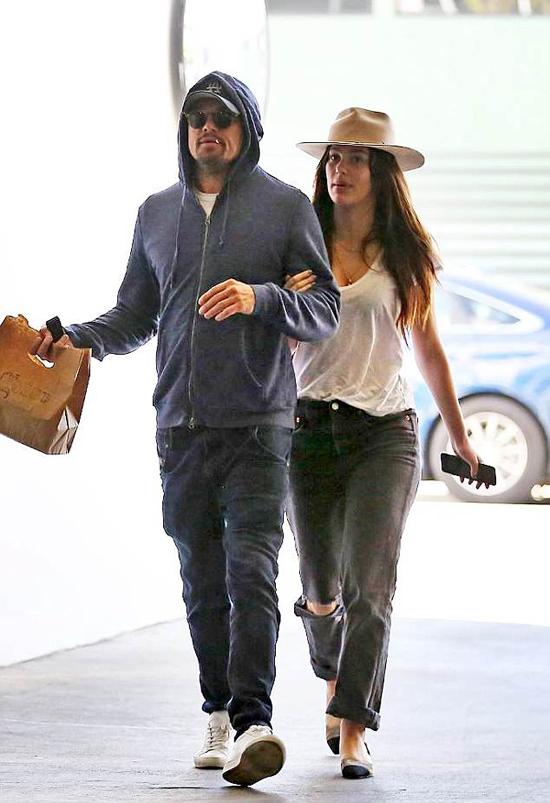 Leonardo DiCaprio và bạn gái hẹn hò đi ăn sáng ở Los Angeles hôm 28/3. Trong khi Camila mặc đồ trẻ trung và sexy, Leo như ninja với áo trùm đầu, mũ lưỡi trai và kính đen che mặt kín mít.