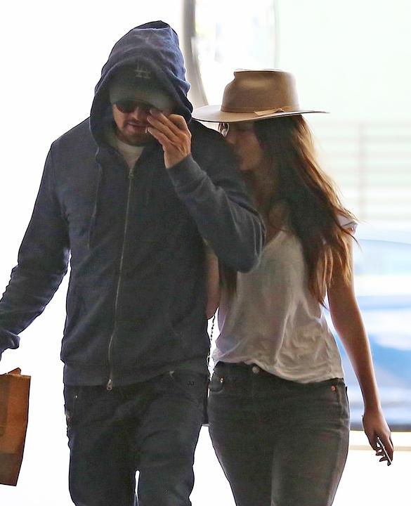 Ngoại hình của tài tử 43 tuổi lúc này chẳng hề bóng bẩy, quyến rũ nhưng người yêu anh vẫn yêu mê mệt. Camila vừa đi vừa hôn vào vai Leo.