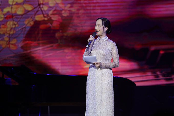 NSND Lê Khanh đảm nhận vai trò dẫn chuyện trong liveshow tối qua.