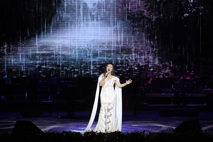 Khánh Linh thổn thức qua nhạc phẩm Mẹ yêu ơi.