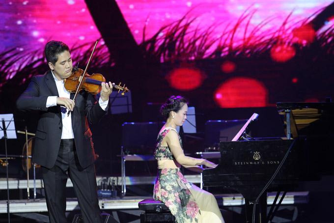 Cặp vợ chồng nghệ sĩ Bùi Công Duy - Trinh Hương xuất hiện trong liveshow của cha mình với bản song tấu Chuyện kể về tình yêu. Tiếng đàn piano hòa quyện cùng tiếng vĩ cầm, tạo nên những âm thanh lãng mạn, đậm chất thơ.