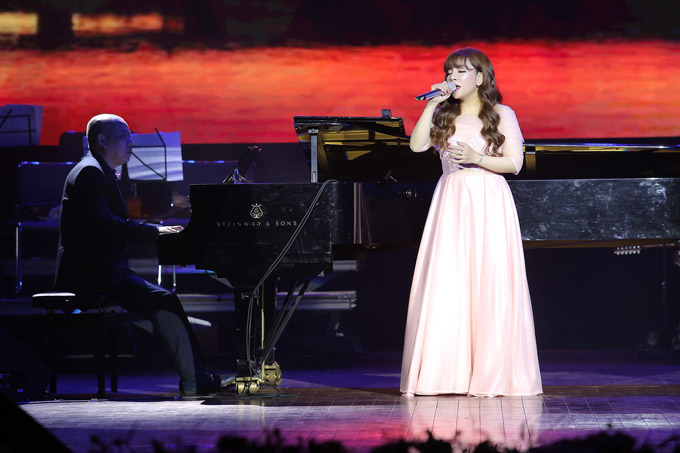 Quán quân Sao Mai điểm hẹn 2010 là giọng ca mới được Phú Quang dành nhiều ưu ái khi liên tục được ông mời tham gia các liveshow gần đây. Tối qua, cô hát Chuyện bình thường số 7, Romance 1.