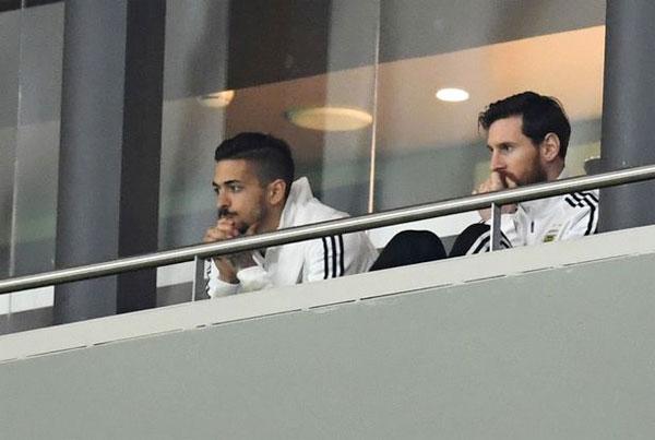 Messi bất lực ngồi nhìn các đồng đội bị Tây Ban Nha lấn lướt trong trận giao hữu.