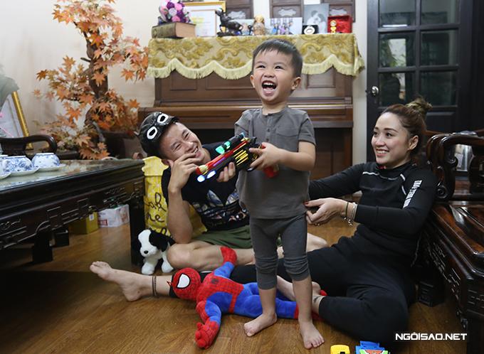 Khoảnh khắc vui tươi hết cỡ của Minh Sang - Thu Hà và con trai. Ảnh: Ngọc Quân.
