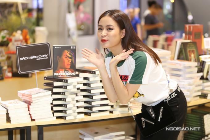 Tự truyện của Hoàng Thùy Linh do nhà báo Trần Minh chắp bút, ra mắt từ ngày 6/3. Nữ ca sĩ rất vui khi cuốn sách của cô được đông đảo độc giả quan tâm, hiện bày tại khu vực Sách bán chạy.