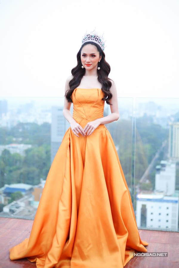 Hương Giang mặc bộ đầm cúp ngực, khoe vai trần gợi cảm trong buổi tiệc diễn ra vào chiều tối 30/3 tại TP HCM.