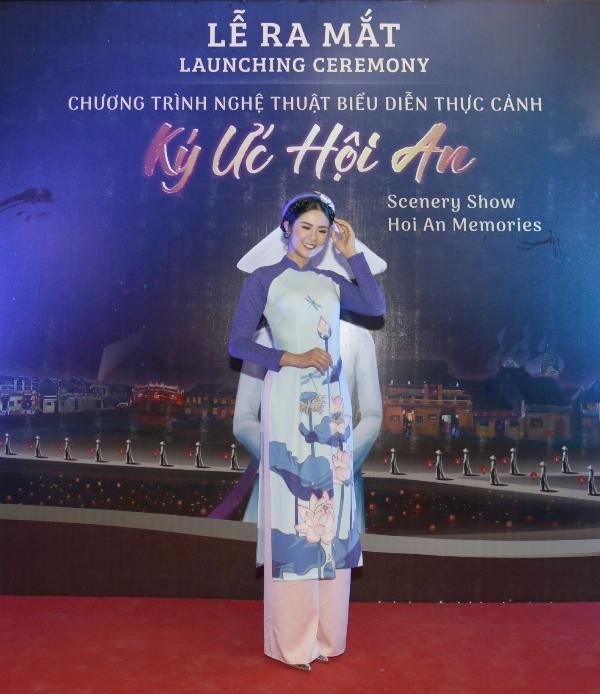 Ngọc Hân vừa góp mặt trong đêm công diễn của chương trình nghệ thuật biểu diễn thực cảnh lớn nhất Việt Nam. Người đẹp chọn chiếc áo dài in họa tiết hoa sen duyên dáng và kết hợp với mấn cùng tông màu.