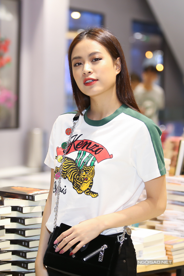 Tối 30/3 Hoàng Thùy Linh tới giao lưu và ký tặng độc giả của cuốn sách Vàng Anh và Phượng Hoàng. Cô ăn mặc giản dị, khoe nhan sắc trẻ trung, xinh đẹp ở tuổi 30.