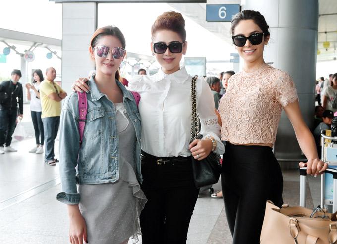 Lâm Khánh Chi đồng hành cùng Hoa hậu chuyển giới Brazil Izabele Coimbra và Á hậu chuyển giới Thái Lan Rock trong nhiều hoạt động tại Việt Nam những ngày qua. Với vai trò đại diện cộng đồng LGBT ở TP HCM, nữ ca sĩ vừa ra sân bay tiễn hai vị khách về nước.