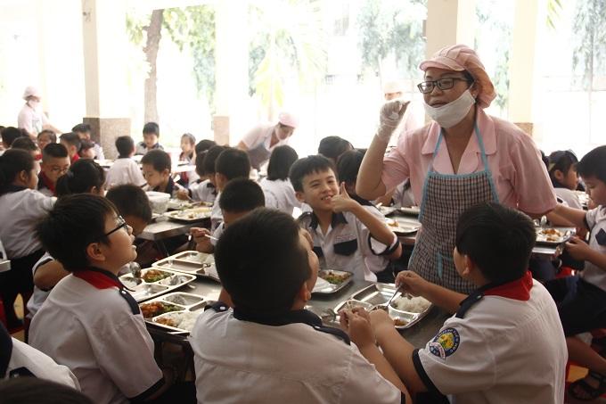 Trong bữa ăn trưa, các em học sinh được chia sẻ về thành phần dinh dưỡng trong món ăn.