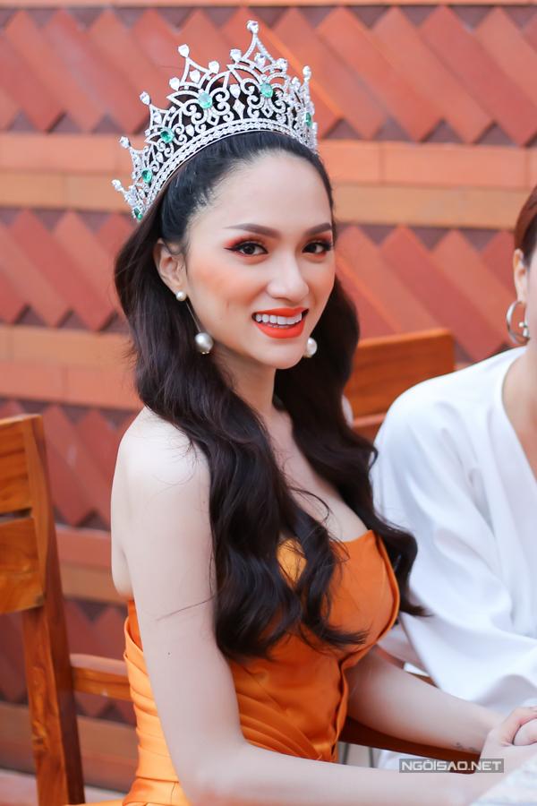 Đợt này Hương Giang về nước lâu hơn để thực hiện nhiều công việc còn dang dở. Sau đó cô trở lại Thái Lan để tiếp tục đồng hành cùng ban tổ chức Hoa hậu Chuyển giới Quốc tế.