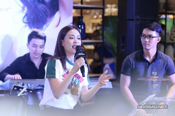 Nữ ca sĩ biểu diễn trong buổi giao lưu.