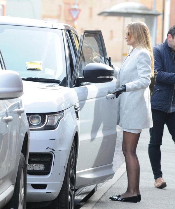 Đưa bạn gái đi ăn, Alexis Sanchez bị phạt đỗ xe - 6