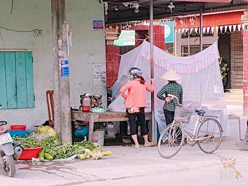 Người phụ nữ thả màn tuyn bán thịt ở chợ Hải Phòng
