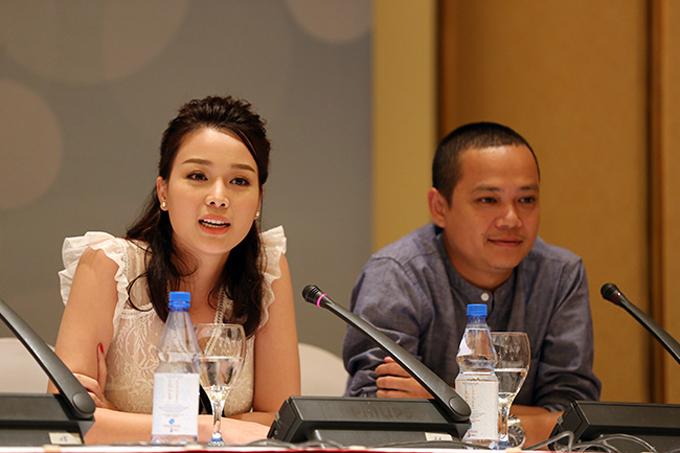 Đạo diễn Trịnh Lê Phong (phải) tại buổi họp báo ra mắt Ghét thì yêu thôi phần một.