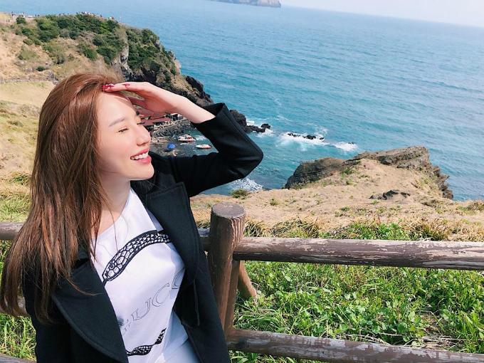 Bảo Thy tận hưởng cảnh đẹp ở đảo Jeju (Hàn Quốc) trong một ngày nắng đẹp.