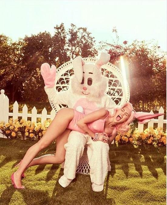 Miley đã phá lệ thực hiện bộ ảnh sexy cho dịp lễ này.
