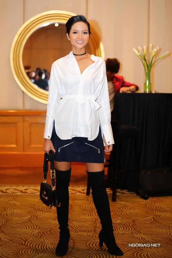 HHen cá tính với cách phối sơ mi phom dáng rộng cùng chân váy ngắn. Những mẫu phụ kiện ấn tượng như vòng choker, bốt cao qua gối, túi Prada cũng được chọn lựa để giúp hoa hậu tăng sức hút.