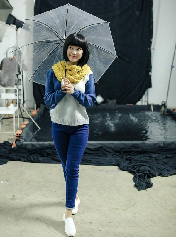 Hoàng Yến Chibi được yêu mến sau vai diễn Phương nhà quê trong bộ phim của đạo diễn Quang Dũng. Cô được mời tái hiện lại hình ảnh cô nữ sinh trung học ngây thơ, trong sáng, chụp bộ ảnh studio.