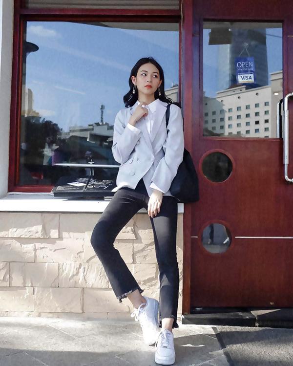 Phí Phương Anh gợi nhớ hình ảnh giản dị và thanh tao của phụ nữ Nhật Bản với cách phối đồ đơn giản gồm sơ mi, blazer và quần jean tiện lợi.