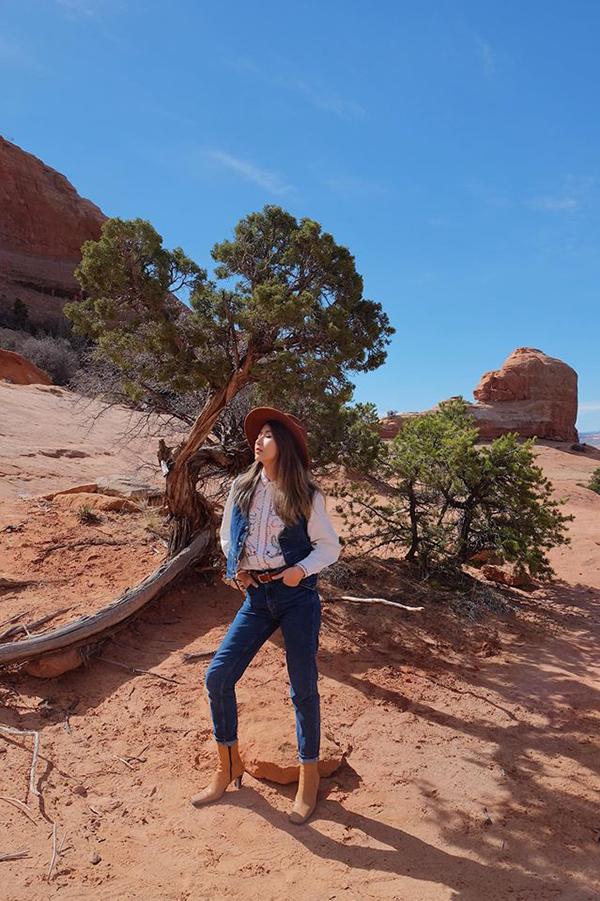 Quỳnh Anh cá tính cùng phong cách cao bồi khi chọn sơ mi thêu phối hợp cùng trang phục jean đi cùng mũ và bốt đậm chất miền Tây hoang dã.