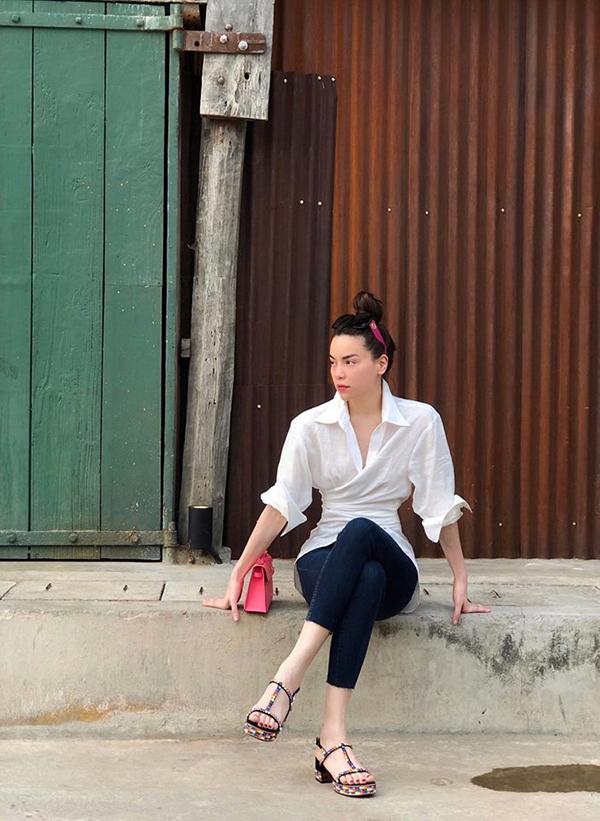 Những mẫu sơ mi trắng từ kiểu dáng đơn giản cho đến style biến tấu được sao Việt ưa chuộng từ đầu mùa xuân sang mùa hè. Mỗi người lại có những cách riêng để giúp mình trở nên cuốn hút hơn với mốt này. Hồ Ngọc Hà chọn áo xoắn eo để kết hợp cùng skinny jean cùng phụ kiện sandal màu sắc.