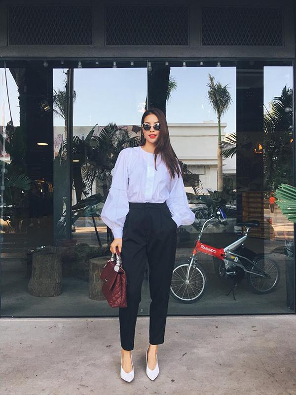 Phạm Hương lại chọn sơ mi tay phồng để kết hợp cùng quần âu ống côn màu sắc tương phản nhằm giúp mình thể hiện vẻ đẹp hiện đại và thanh lịch. Người đẹp cũng không quên hoàn thiện set đồ bằng mẫu túi Chanel tông màu đỏ đậm sang trọng.