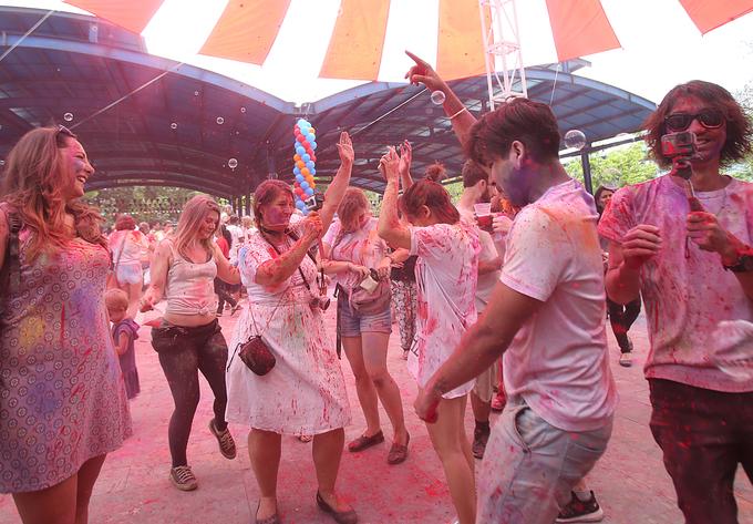 Nghìn người tham gia lễ hội ném bột màu tại Hà Nội