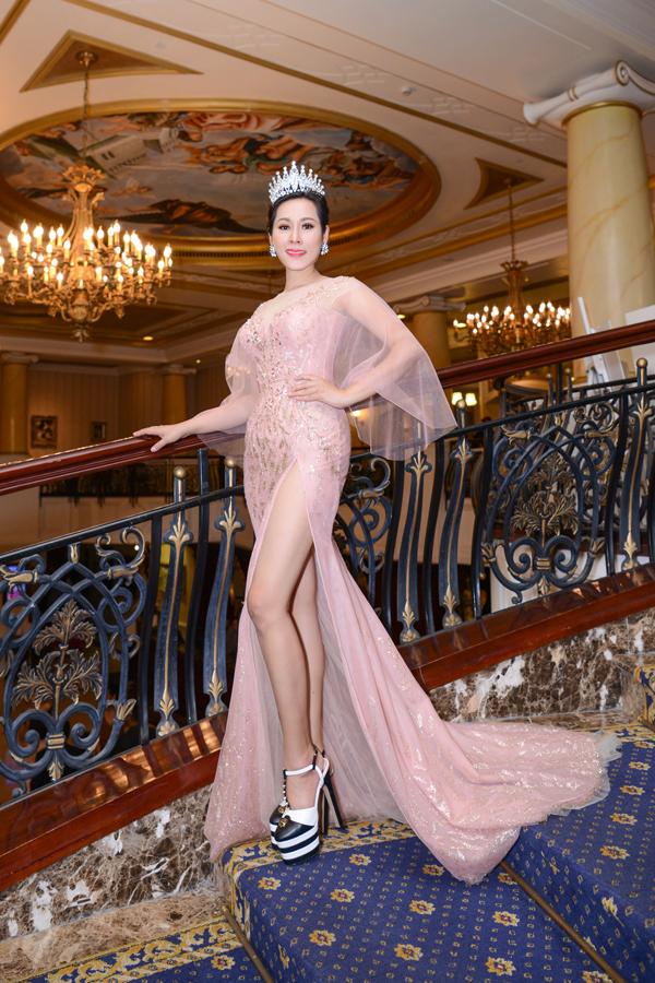 Người đẹp Vũng Tàu diện chiếc đầm dạ hội màu hồng ngọt ngào nhưng cũng không kém phần gợi cảm với những khoảng cắt xẻ táo bạo.