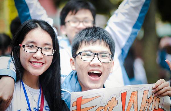 Lê Bá Ninh (phải) hạnh phúc sau khi giành học bổng danh giá từ đại học Soka.