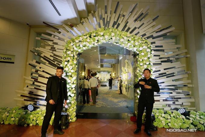 Chiều tối nay, tiệc cưới của Khắc Việt và DJ Thanh Thảo sẽ diễn ra tại một khách sạn hạng sang tại Hà Nội. Trước đó, cặp đôi đã làm lễ rước dâu và tổ chức tiệc ở Bắc Giang, quê nhà chú rể vào ngày 24/3.