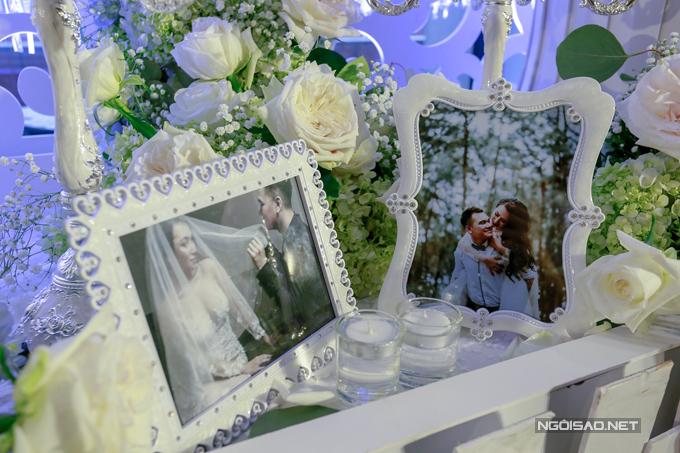 Những khung ảnh cưới lãng mạn của Khắc Việt và vợ DJ cũng được trưng bày để các vị khách có thể chiêm ngưỡng.