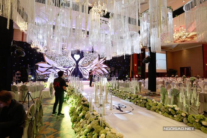 Sân khấu chính, nơi cặp đôi sẽ nói lời thề nguyện bên nhau có hàng chục chiếc đèn pha lê.