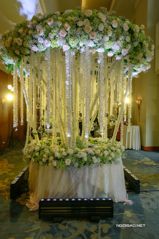 Dọc phần sảnh đón khách, rất nhiều tiểu cảnh với hoa hồng, thạch thảo và cẩm tú cầu được dựng lên.