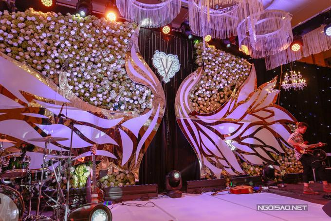 Khắc Việt còn sắp xếp cả dàn nhạc sống để bạn bè có thể hát chúc mừng vợ chồng anh.