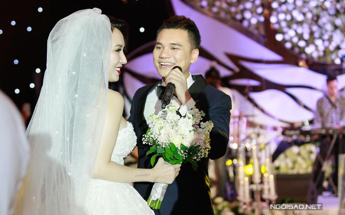 Đúng giờ lành, Khắc Việt dành tặng ca khúc Ngày cưới để tặng riêng cho bà xã xinh đẹp. Anh vừa hát vừa dắt tay DJ Thanh Thảo lên sân khấu trong sự hò reo của hàng trăm quan khách.