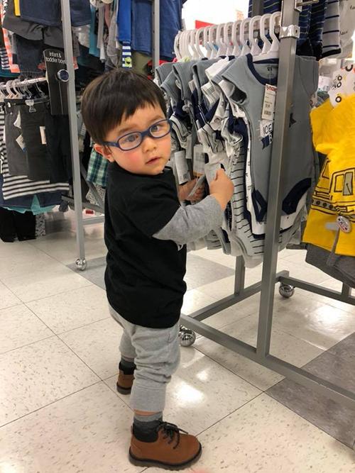 Thiên Từ nhà Đan Trường tự tin chọn đồ cho bản thân khi đi shopping cùng mẹ.