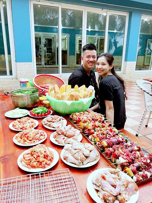 Vợ chồng Lưu Đê Ly tình tứ đi mở tiệc BBQ cùng bạn bè ngày cuối tuần.