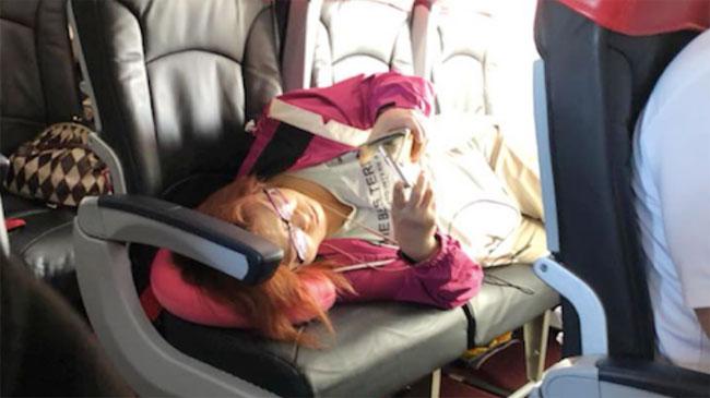 Một mình người phụ nữ chiếm cả ba chiếc ghế trống trên máy bay.