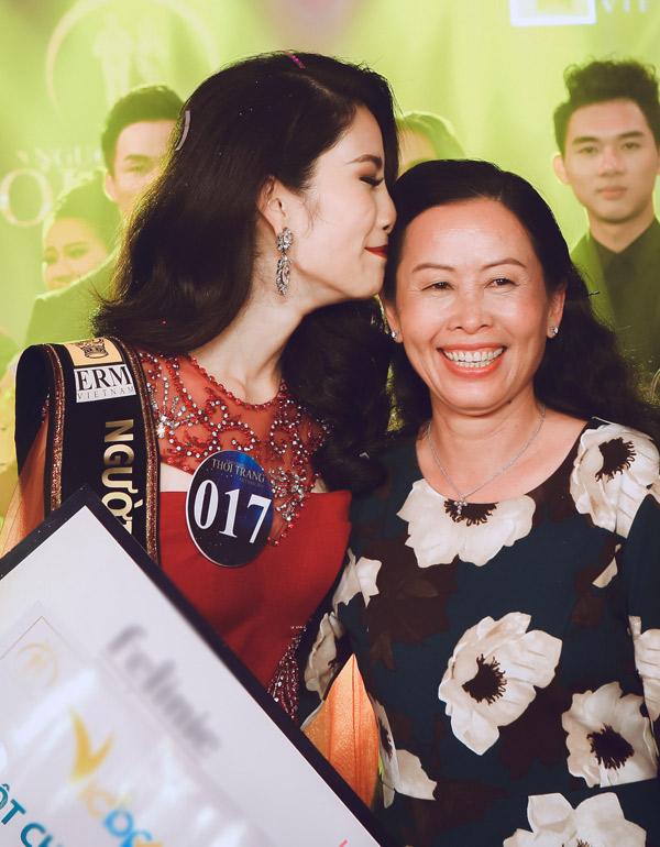 Mẹ Nam Anh hạnh phúc lên sân khấu chung vui với con gái.