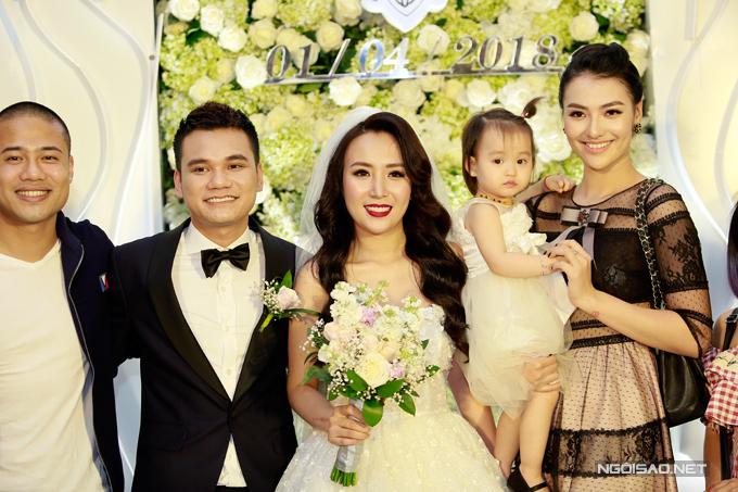 Hai mẹ con Hồng Quế cùng ca sĩ Ngọc Minh Idol rạng rỡ chụp hình bên cô dâu, chú rể.