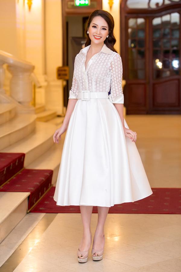 Hoà cùng trào lưu ăn mặc thịnh hành, Thuỵ Vân giúp mình có được nét riêng khi kết hợp áo ren đi cùng chân váy xoè phong cách 1960.