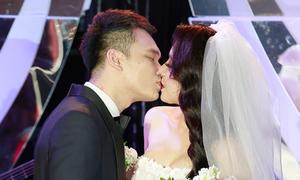 Khắc Việt và bạn gái DJ khoá môi ngọt ngào trong tiệc cưới