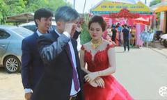 Bố đơn thân khóc nức nở trong ngày cưới con gái